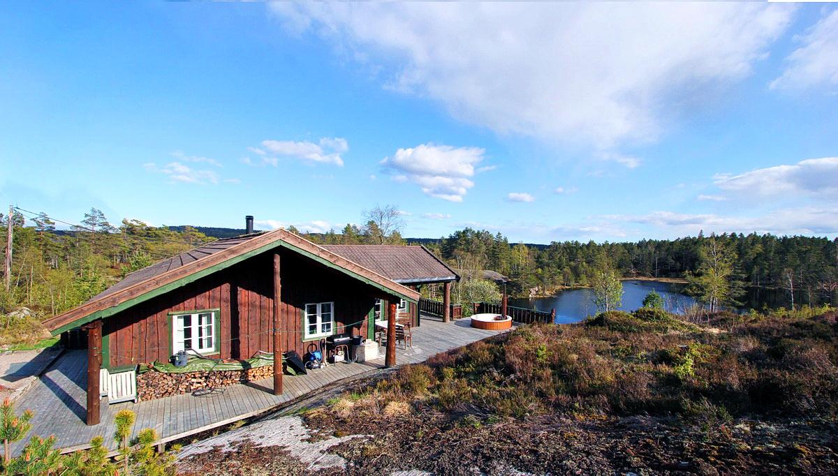 521 Marnardal. Lindesnes, Agder. Hund ok. Badestamp. Båt.